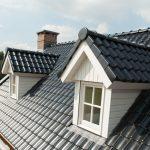 Hellend dak van Koramic